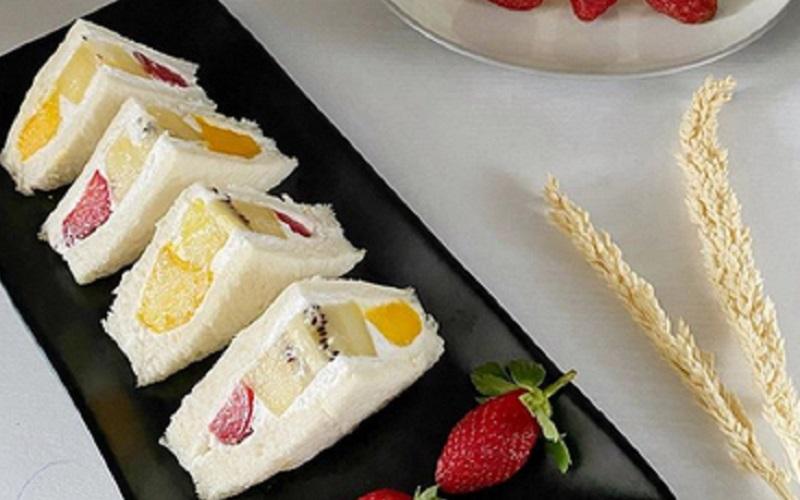 https: img.okezone.com content 2020 08 25 298 2267133 japanese-fruit-sandwich-lezatnya-roti-lapis-manis-segar-yang-creamy-bOu7ftXEu3.jpg