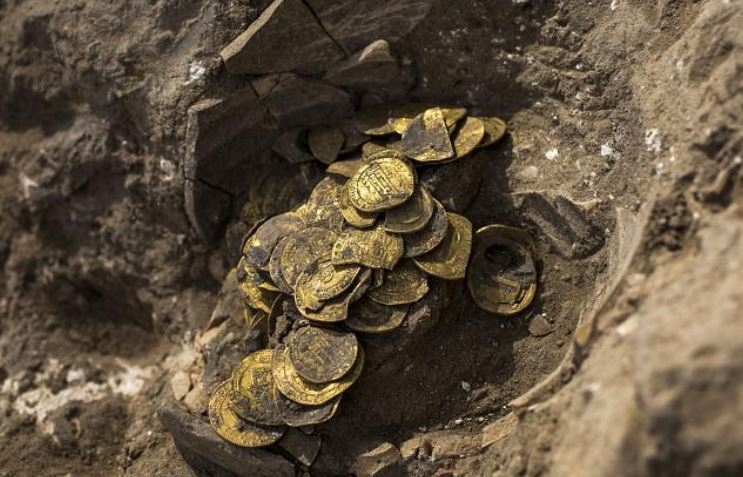 https: img.okezone.com content 2020 08 25 614 2266923 koin-emas-kuno-peninggalan-dinasti-abbasiyah-ditemukan-di-israel-Qb86zxECtu.JPG