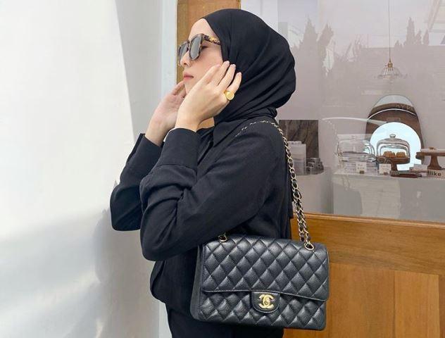 https: img.okezone.com content 2020 08 25 617 2266945 deretan-gaya-hijab-hitam-elegan-ala-amelia-elle-fashionable-banget-KqXQNMMCqP.jpg