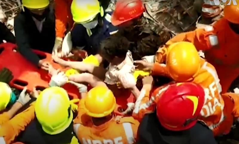 https: img.okezone.com content 2020 08 26 18 2267622 terkubur-19-jam-bocah-4-tahun-ditarik-hidup-hidup-dari-reruntuhan-apartemen-india-uRIXRvVJrb.jpg