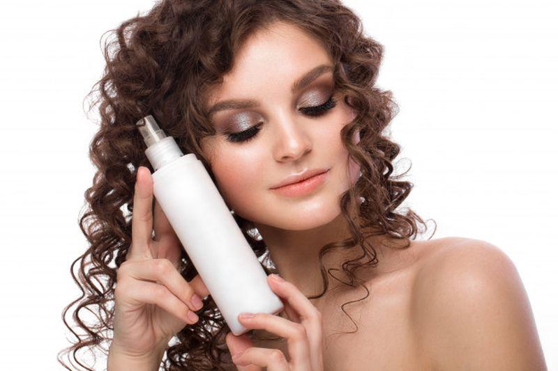 https: img.okezone.com content 2020 08 26 611 2267888 5-hair-spray-alami-untuk-cegah-kerusakan-rambut-MymGiAJTOU.jpg