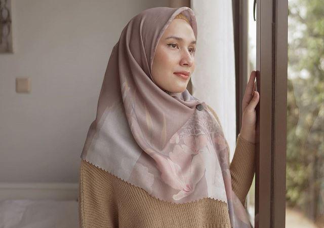 https: img.okezone.com content 2020 08 26 617 2267606 simpel-dan-mudah-ditiru-ini-5-gaya-hijab-modis-ala-selebgram-dwi-handayani-hPPS0m9imw.jpg