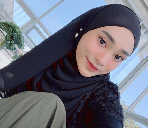 https: img.okezone.com content 2020 08 26 617 2267875 ootd-girly-nuansa-pink-ala-hijaber-rifka-ayu-yulia-marta-MGvoEVdFmg.JPG