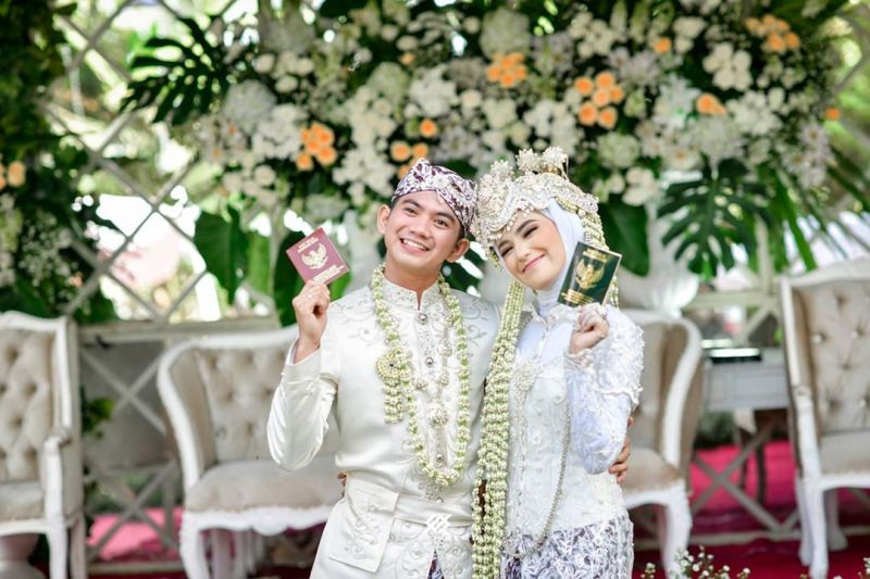 https: img.okezone.com content 2020 08 26 620 2267871 diisukan-alami-keretakan-rumah-tangga-intip-lagi-4-kebahagiaan-rizky-da-saat-menikah-O8IKpLXqHy.jpg