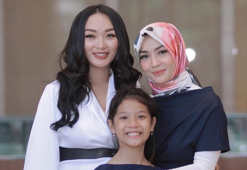 https: img.okezone.com content 2020 08 27 33 2268321 zaskia-gotik-dan-mantan-istri-sirajuddin-machmud-akur-di-ulang-tahun-anak-mf3wXAsJ1k.jpg