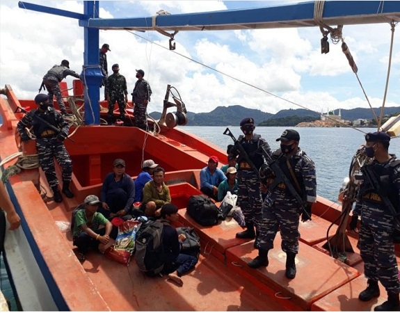 https: img.okezone.com content 2020 08 27 337 2268204 curi-ikan-di-natuna-kapal-asing-berbendera-vietnam-hendak-kabur-saat-ditangkap-ZWnsmH6n6Q.jpg