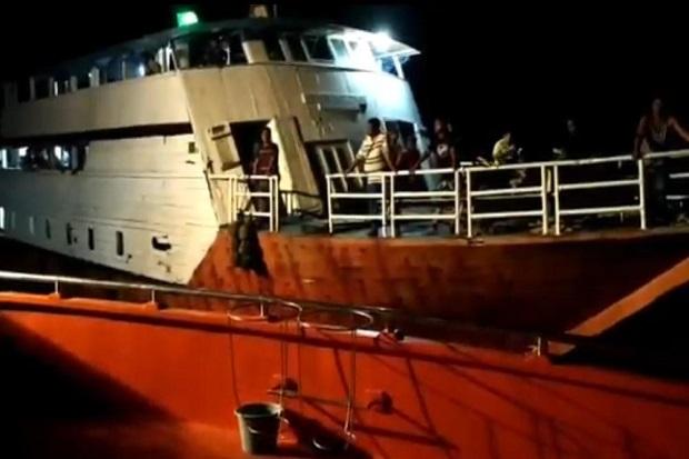 https: img.okezone.com content 2020 08 27 340 2268165 kapal-mati-mesin-dan-terombang-ambing-4-jam-di-laut-buton-seluruh-penumpang-selamat-v9op73V7qF.jpg