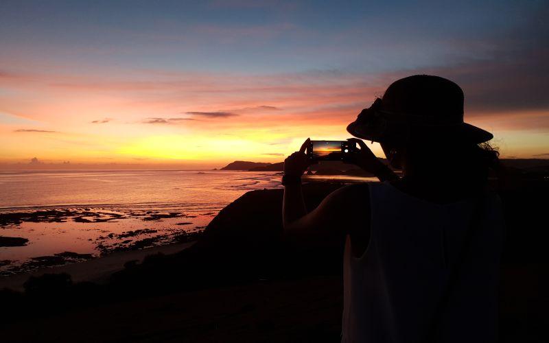 https: img.okezone.com content 2020 08 27 408 2268665 5-destinasi-wisata-paling-romantis-di-lombok-hmUvxiYJmj.jpg