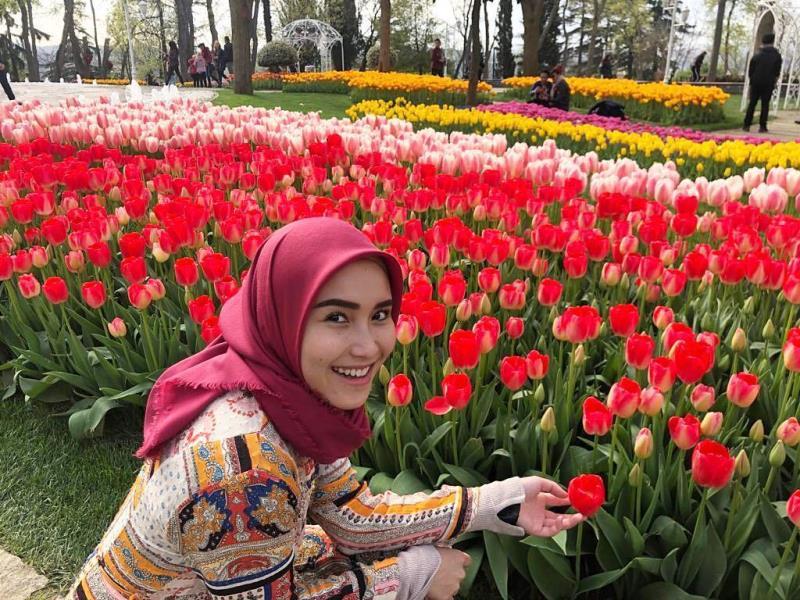 https: img.okezone.com content 2020 08 27 617 2268269 4-inspirasi-gaya-jilbab-bulat-ala-ayu-ting-ting-simpel-dan-manis-mepe7kqq8N.jpg
