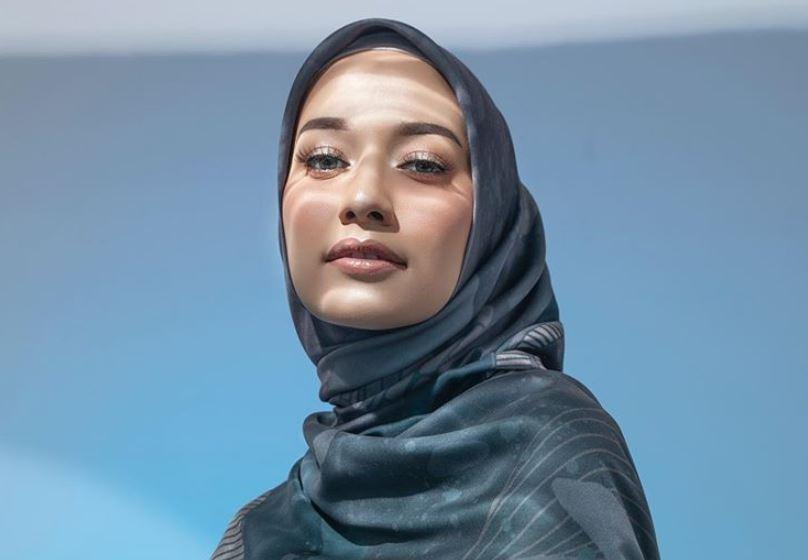 https: img.okezone.com content 2020 08 27 617 2268364 5-style-kece-dengan-hijab-biru-ala-selebgram-mega-iskanti-vzShIrsuD6.JPG
