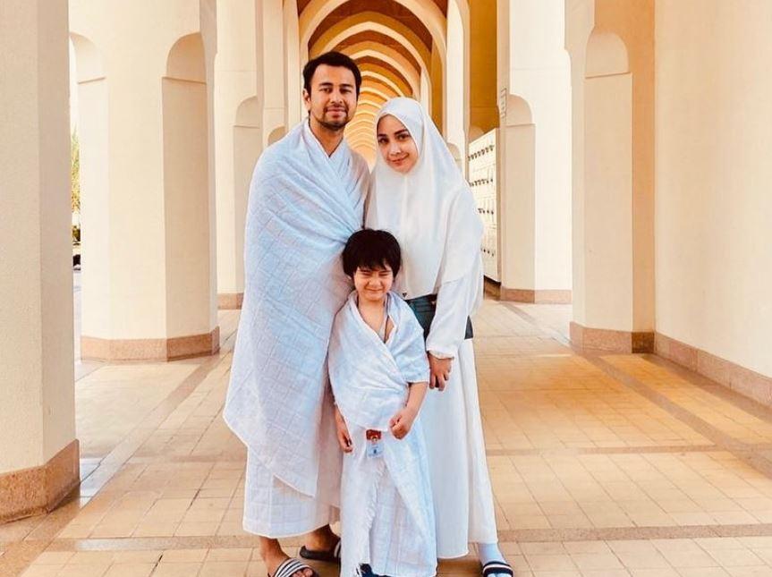 https: img.okezone.com content 2020 08 27 617 2268399 kompaknya-fesyen-keluarga-raffi-ahmad-hingga-pakaian-ihram-saat-umrah-yNf8DWRIFx.JPG
