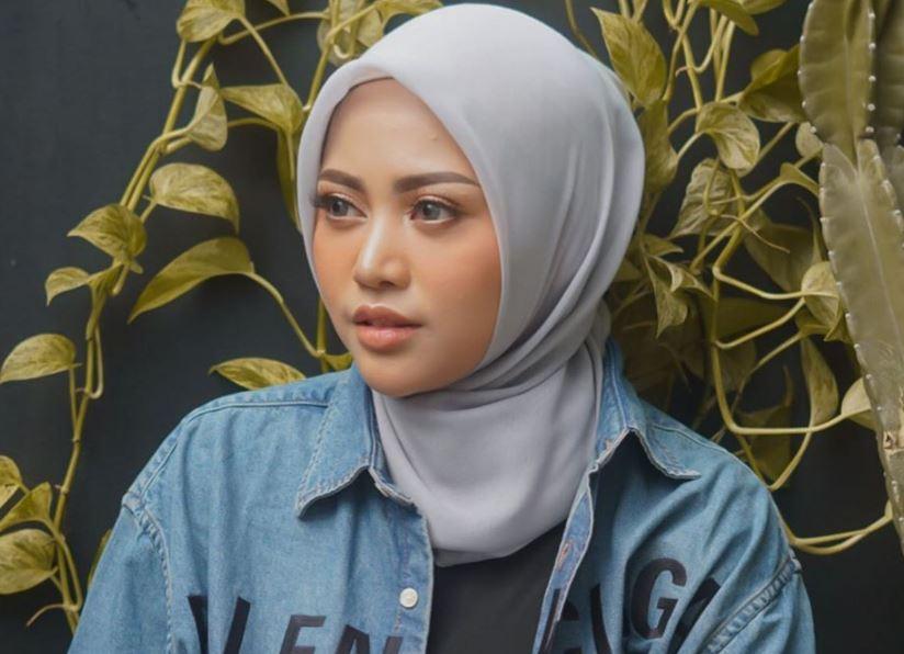 https: img.okezone.com content 2020 08 27 617 2268443 4-inspirasi-ootd-serba-putih-ala-hijaber-rachel-vennya-ai6JvXRdNM.JPG