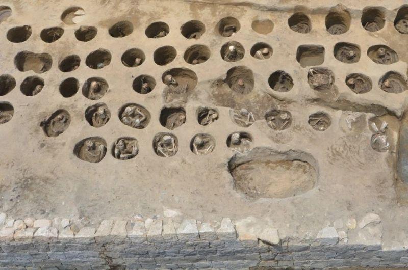 https: img.okezone.com content 2020 08 28 16 2268976 arkeolog-temukan-kuburan-massal-di-jepang-ada-1-500-jenazah-terkubur-di-lubang-sempit-KSa6k6bEiw.jpg