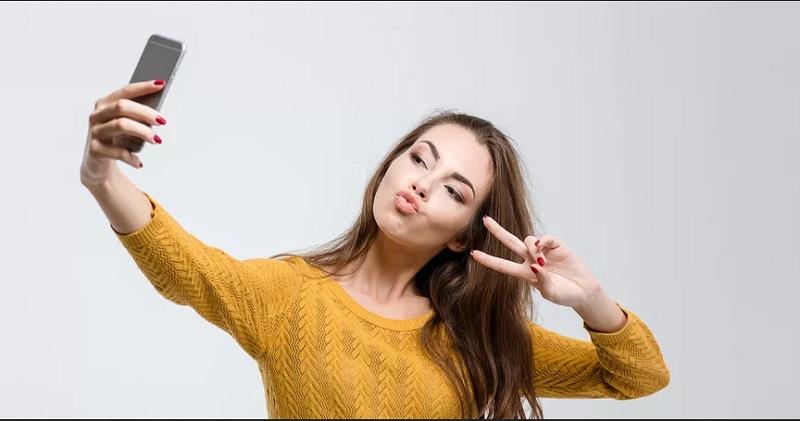 https: img.okezone.com content 2020 08 28 330 2269126 apa-hukumnya-perempuan-selfie-lalu-fotonya-diunggah-ke-medsos-bG14c2d2xD.jpg