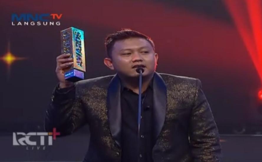 https: img.okezone.com content 2020 08 28 598 2269240 dapat-penghargaan-di-ambyar-awards-denny-caknan-semoga-lagu-jawa-mendunia-kpoFC0cdAW.jpg