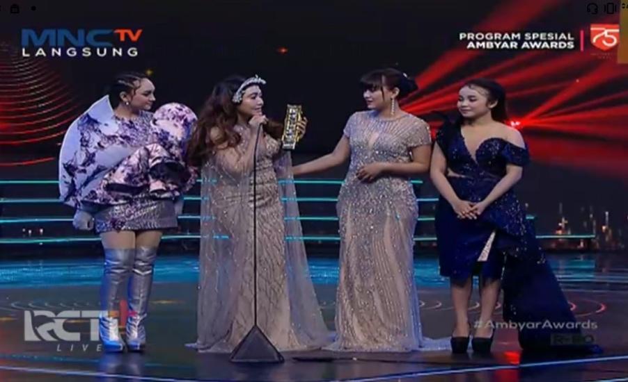 https: img.okezone.com content 2020 08 28 598 2269261 raih-penghargaan-di-ambyar-awards-via-vallen-ajak-nominasi-lain-ke-panggung-6fMzaHn94t.jpg