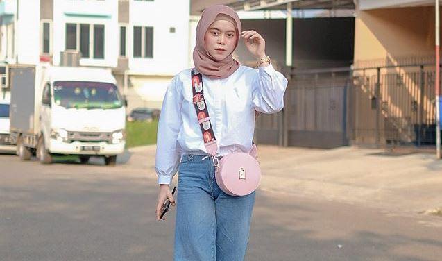 https: img.okezone.com content 2020 08 28 617 2268815 5-gaya-hijab-kasual-kekinian-ala-lesty-kejora-simpel-dan-santai-AJQj5S8TNS.jpg