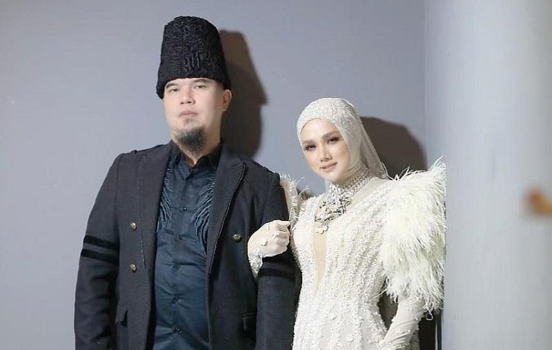 https: img.okezone.com content 2020 08 29 33 2269459 pose-mesra-bareng-ahmad-dhani-mulan-jameela-suamiku-yang-lucu-dan-gemas-CbxEpMIMSu.jpg