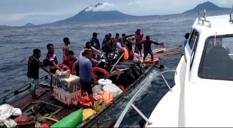 https: img.okezone.com content 2020 08 29 340 2269443 diduga-overkapasitas-kapal-motor-angkut-26-orang-karam-di-maluku-utara-Xv2A8nSr4d.jpg