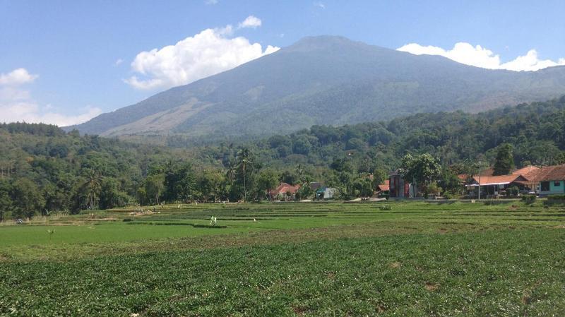 https: img.okezone.com content 2020 08 29 406 2269362 melihat-cibuntu-kampung-wisata-alam-penuh-sejarah-di-kaki-gunung-ciremai-MNFYM6Gqyc.jpg