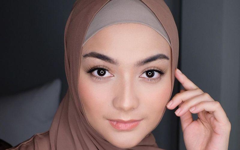 https: img.okezone.com content 2020 08 29 617 2269345 4-inspirasi-padu-padan-hijab-bernuansa-coklat-ala-citra-kirana-cantik-banget-EVPOAwOHN5.jpg