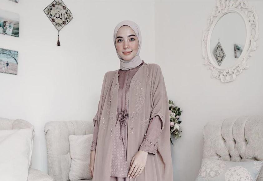 https: img.okezone.com content 2020 08 29 617 2269551 tampilan-fun-summer-outfit-hijaber-hamidah-rachmayanti-tJNRgm7ZZU.JPG
