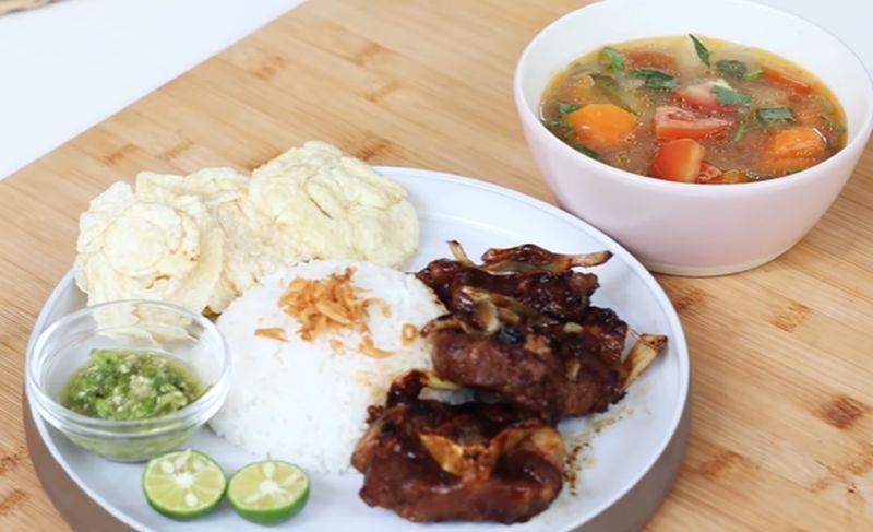 https: img.okezone.com content 2020 08 30 298 2269921 chef-devina-berbagi-resep-sop-buntut-bakar-ala-restoran-gaMpGEmcRG.jpg