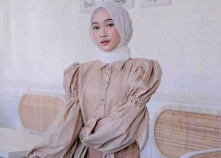 https: img.okezone.com content 2020 08 30 617 2269648 5-ide-hijab-bernuansa-nude-sinta-sri-antan-C28fCP1JOl.JPG