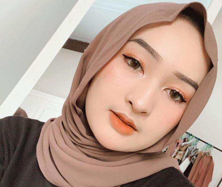 https: img.okezone.com content 2020 08 30 617 2269695 5-inspirasi-outfit-simpel-kekinian-untuk-ngampus-ala-hijaber-cantik-ingrid-yulika-xa5ZKn27EP.JPG