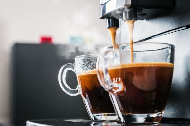 https: img.okezone.com content 2020 08 31 298 2270006 deretan-minuman-yang-mengandung-kafein-bisa-bangkitkan-semangat-pagi-WfnYA9B0gW.jpg