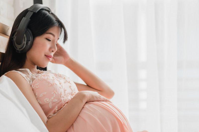 https: img.okezone.com content 2020 08 31 481 2270534 5-manfaat-mendengarkan-musik-saat-hamil-sayang-dilewatkan-moms-7C2eBFLnRd.jpg