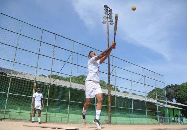 https: img.okezone.com content 2020 09 01 49 2271053 suasana-ceria-skuad-persib-bandung-saat-bermain-softball-27lGoqHaCK.jpg