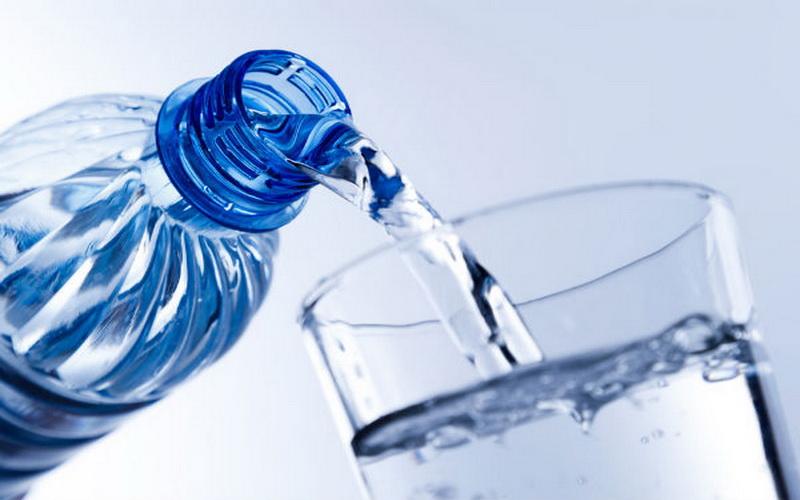 https: img.okezone.com content 2020 09 02 481 2271563 jangan-lupa-minum-air-mineral-ini-4-manfaat-bagi-tubuh-evOub4jd5M.jpg
