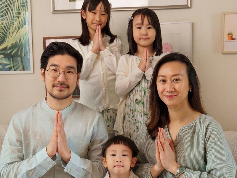 https: img.okezone.com content 2020 09 02 612 2271684 potret-kimbab-family-keluarga-multikultural-yang-kompak-dan-ceria-mm9exRQ0Bz.jpg