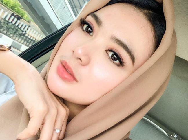 https: img.okezone.com content 2020 09 02 617 2271321 3-gaya-hijab-wika-salim-imut-dan-cantik-oc607wYx8h.JPG