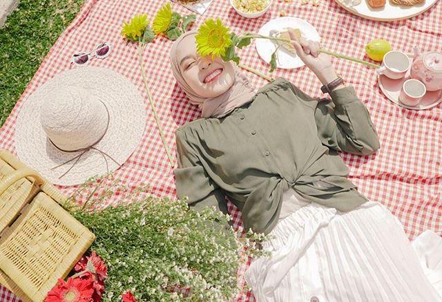 https: img.okezone.com content 2020 09 02 617 2271657 cocok-untuk-piknik-3-style-outfit-hijab-ala-hamidah-rachmayanti-bJWFQfAbkB.jpg