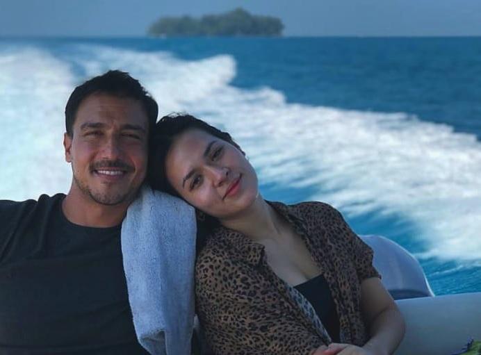 https: img.okezone.com content 2020 09 03 33 2272331 rayakan-anniversary-pernikahan-hamish-daud-unggah-foto-ciuman-raisa-o9QjWNUu2n.jpg