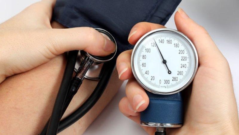 https: img.okezone.com content 2020 09 03 481 2272133 bagaimana-cara-mengecek-tekanan-darah-di-rumah-ZqXohafGF5.jpg