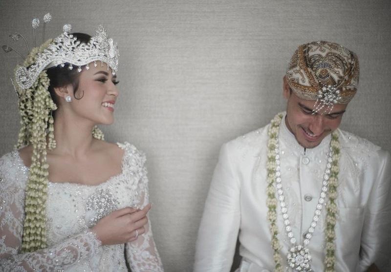 https: img.okezone.com content 2020 09 03 612 2271900 rayakan-anniversary-pernikahan-ke-3-raisa-tertawa-seumur-hidup-bersamamu-u8hvG0zJTI.jpg