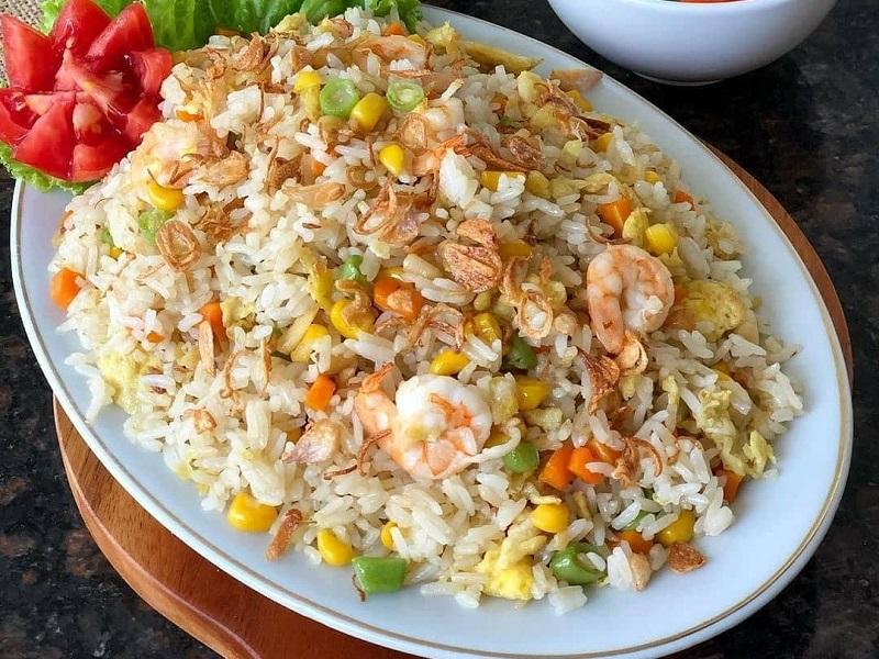 https: img.okezone.com content 2020 09 04 298 2272621 menu-makan-malam-praktis-bikin-nasi-goreng-ceria-aja-XOpc7REVDm.jpg