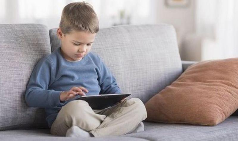 https: img.okezone.com content 2020 09 06 612 2273504 kenalkan-gadget-saat-anak-berusia-4-tahun-ibu-ini-kini-menyesal-ZYHp90hga9.jpg