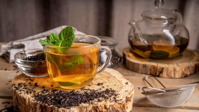 https: img.okezone.com content 2020 09 07 298 2274052 minum-teh-lebih-baik-panas-atau-dingin-MgsCQ8r24b.jpg