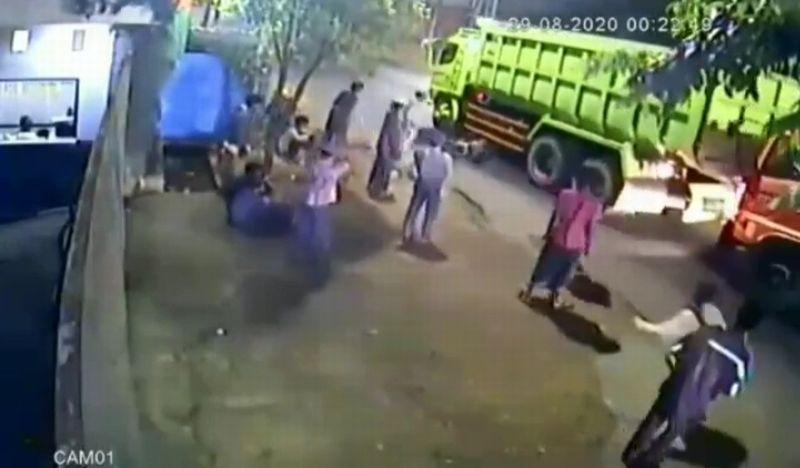https: img.okezone.com content 2020 09 07 338 2273699 viral-bocah-cegat-truk-terlindas-di-bantar-gebang-qncTwwG0wK.jpg