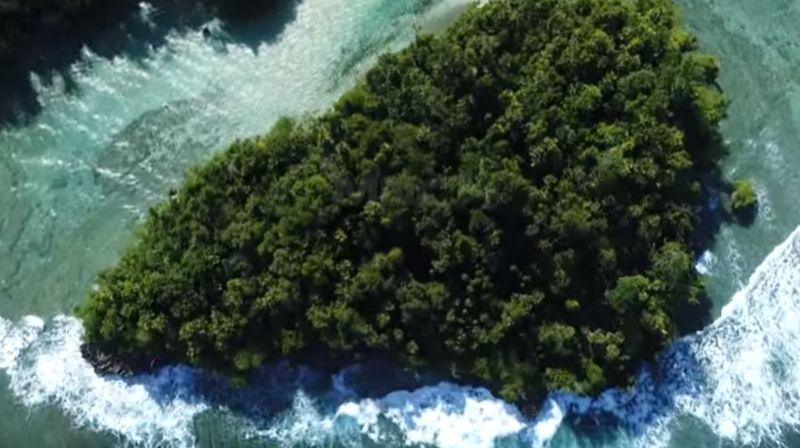 https: img.okezone.com content 2020 09 07 549 2273734 hamish-daud-kepincut-surga-bahari-pulau-morotai-duh-makin-enggak-sabar-mau-liburan-OU9iysxd4m.jpg
