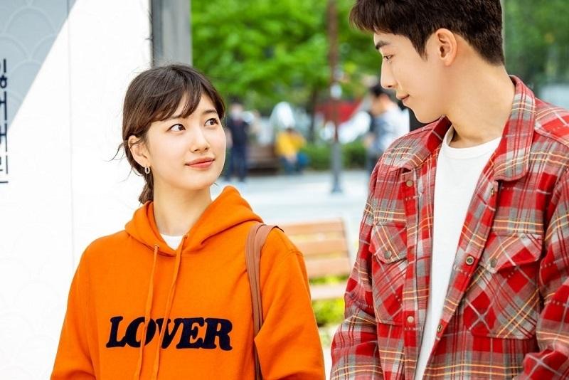 https: img.okezone.com content 2020 09 07 598 2274100 so-sweet-nam-joo-hyuk-dan-suzy-adu-pandang-di-foto-startup-YU0dlZs0nV.jpg