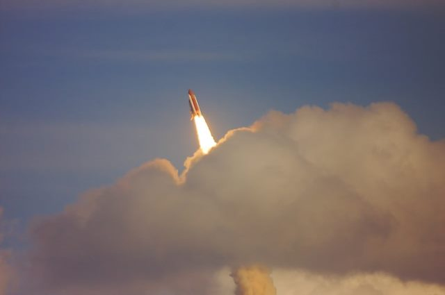 https: img.okezone.com content 2020 09 08 16 2274408 pesawat-luar-angkasa-china-mendarat-di-bumi-setelah-2-hari-mengorbit-zdi6QhVc68.jpg