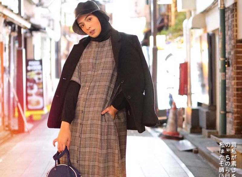 https: img.okezone.com content 2020 09 08 194 2274338 4-style-hijab-nyentrik-bella-attamimi-bikin-kamu-makin-stylish-ukcwi4B75w.jpg