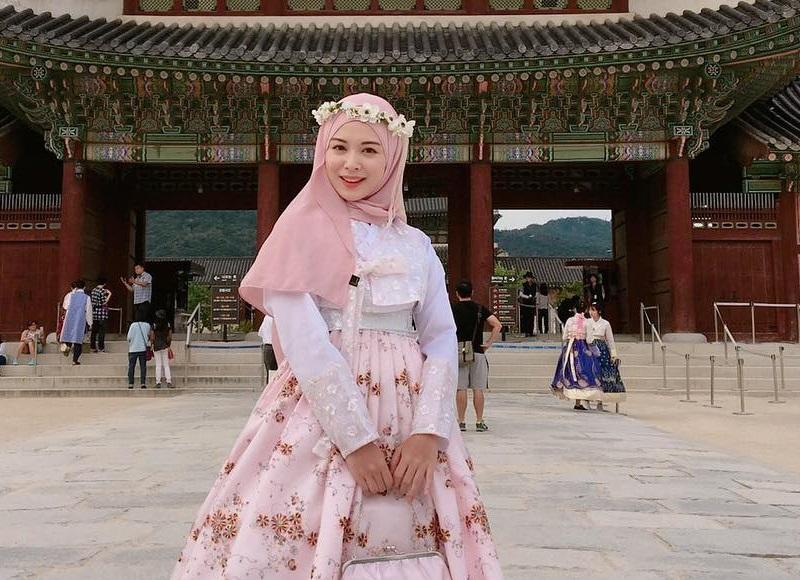 https: img.okezone.com content 2020 09 08 194 2274481 ootd-hijab-warna-pink-ala-4-artis-tampilan-makin-manis-jLqOThIbIf.jpg