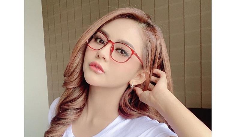 https: img.okezone.com content 2020 09 08 33 2274636 digugat-gana-gini-jenita-janet-kirim-rp1-1-miliar-untuk-mantan-suami-0D7IRd5t3d.jpg