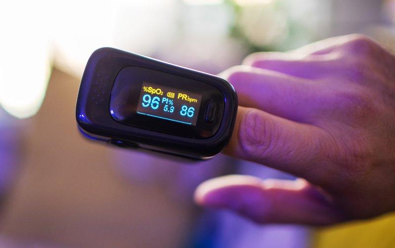 https: img.okezone.com content 2020 09 08 481 2274413 perlukah-oximeter-ada-di-rumah-ini-kata-dokter-paru-h7JDvd4F9g.jpg